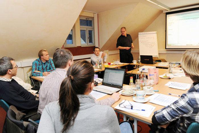 """Die Firma heinloth Immobilienverwaltung GmbH arbeitet mit der sog. TEMP-Methode (""""Teamchef"""", """"Erwartungen des Kunden"""", """"Mitarbeiter"""" und """"Prozesse""""). Die vier Erfolgsfaktoren umfassen alle wichtigen Punkte, die den Erfolg eines Unternehmens bestimmen. Die Ziele dieser Methode sind die Qualitätsverbesserung und mehr Service für den Kunden."""